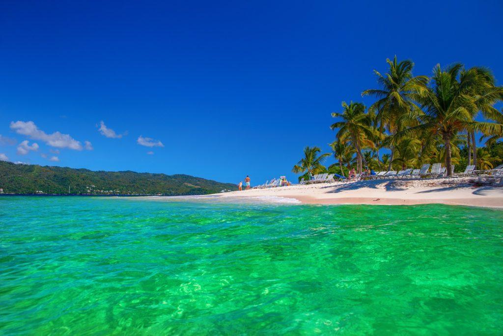 Sol, arena, playa, calor y palmeras.