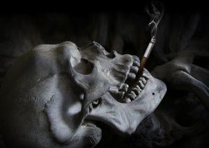 Calavera fumando.