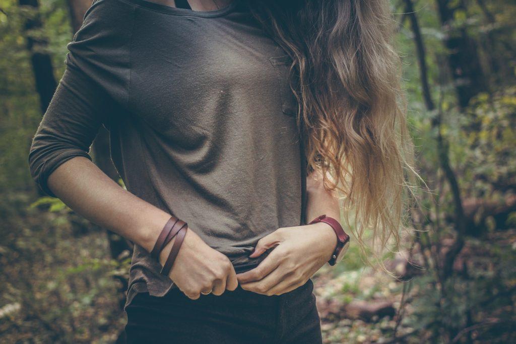 Chica que en su vida cotidiana sufre molestias asociadas a la cistitis.