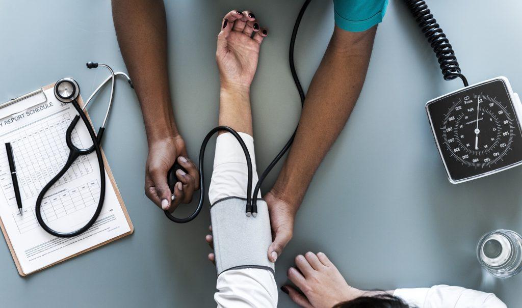 Es un procedimiento habitual para la toma de la presión arterial manual.